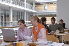 Lernen in der neuen SUB für BWL: Marlies Wegner am Laptop (marlies.wegner@gmx.de oder 0178 - 4406506) und Caroline Niemann (carolineniemann@yahoo.de)